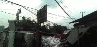 Truk Terguling menimpa Toko jalan mayor Okin