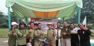 Hadi Wijaya saat Penyerahan Hadiah Utama Sepeda Gunung kepada peserta Jalan Sehat