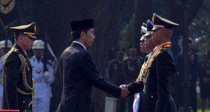 Presiden Joko Widodo menganugerahkan Adhi Makayasa kepada para perwira pertama yang resmi dilantik di Halaman Istana Merdeka, Selasa (25/7) pagi.