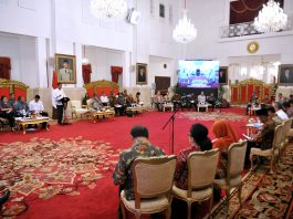Presiden Jokowi menyampaikan pengantar pada Sidang Kabinet Paripurna, di Istana Negara, Jakarta, Senin (24/7) pagi.