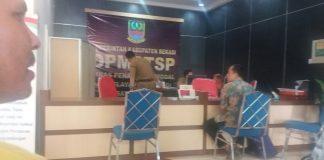Ket poto : pegawai DPMPTSP melayani