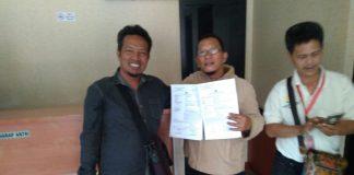 Ketua FORWARA Iwan mendampingi Korban Hendra dari wartawan BUSER