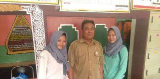 Putri Rizki Fauziah dan Andini Dengan Kepala Sekolah SMA YAPISA Gunung Putri