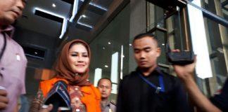Walikota Tegal Siti Masitha Soeparno alias Bunda Sitha Saat Keluar Dari KPK dengan Mengenakan Seragam Orange