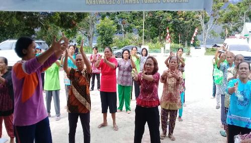 Foto: Nakes (Tenaga Kesehatan) sedang memberikan gaya Senam Prolanis bagi Pengidap Hipertensi dan Diabetes Melitus di Puskesmas Mogang Palipi Samosir Sumatera Utara