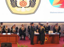 Presiden Jokowi menyalami Rektor Unpad Try Hanggono Ahmad, saat menghadiri Dies Natalis Universitas Padjajaran ke-60, di Bandung, Jabar, Senin