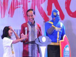 Presiden Jokowi berdialog dengan seorang pelajar pada Penyuluhan Bahaya Narkoba, Pornografi dan Kekerasan, di JI-Expo, Kemayoran, Jakarta, Rabu (11/10) pagi.