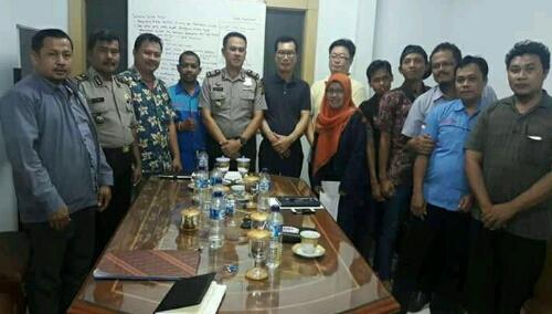 Foto: pihak pihak yang hadir dalam mediasi Mr.AHN dari PT Iljin Indonesia(kanan baju Hitam), (tengah)AKP Agus Rohmat .SH.dan Sdr.Yosef Sekretaris II mewakili SP LEM SPSI