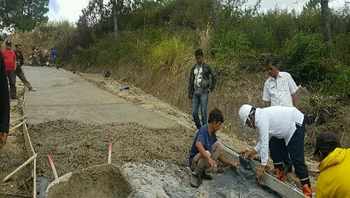 Foto: Bupati Samosir Drs.Rapidin Simbolon MM melihat langsung fisik penyelesaian pembangunan Jalan penghubung Desa Saomauli Hatogouan menuju Desa Sampe Tua Palipi