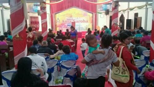Foto: Antusias jemaat gereja HKBP resort Pintusona Pangururan di Evangelisasi dan HUT Ke-14 paduan Suara kaum Bapak SAROHA