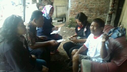 foto : Team Dari DPC JPKP kota Bekasi langsung menjenguk serta melihat Keadaan warga miskin yang juga penderita Gangguan Jiwa yang Di pasung Kakinya.