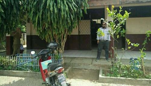 Foto : Tampak wartawan OlnewsIndonesia di Lokasi SDN Burangkeng 01 untuk mengkonfirmasi perbuatan Mesum oleh dua oknum honorer yang membuat heboh Dunia pendidikan.