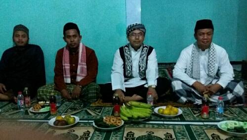 Foto : Dahlan (berbaju putih) bersama para pengurus dan Jamaah menghimbau agar Pemkab Bogor tidak menuntup mata dengan kondisi Rumah Ibadah yang sudah rusak.