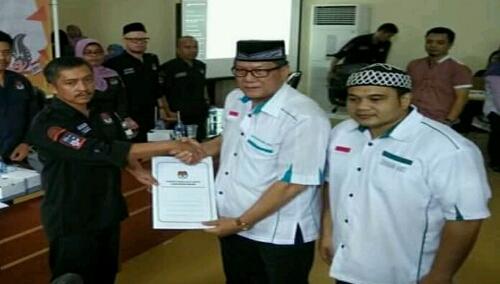 Foto : Gunawan Hasan dan Ficky Rhoma Irama serah terima bukti pendaftaran Dari Panitia KPU kab.Bogor