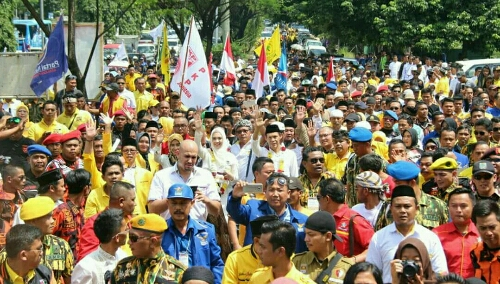 Foto : pasangan calon Bupati Bogor Jaro Ade dan Inggrid di arak massa Pendukung mendaftar Ke KPU Kab.Bogor