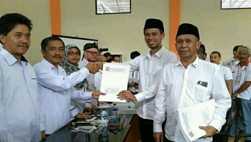 Foto : Pasangan Ade Wardhana-Asep Ruhiyat berfoto bersama Ketua KPU Kab.Bogor setelah mendaftar di KPU