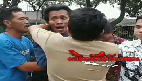 Foto : terjadi kericuhan saling cekik antara pendemo dengan Aparat pemerintahan desa klapanunggal.