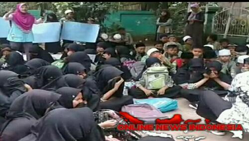 Foto : Para siswa MI dan Guru melakukan Orasi penolakan atas polusi udara yang di duga berasal Dari PT CML Laundry di Kec.Klapanunggal.