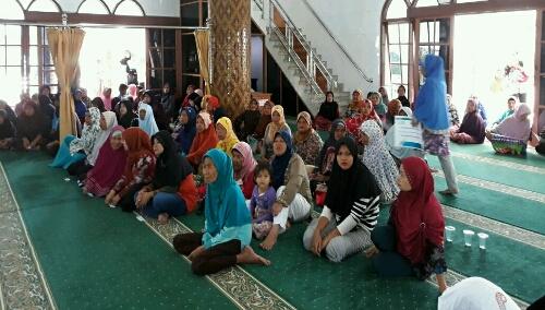 Foto : Kaum Duafa penerima bantuan oleh Yayasan Baitul Maal PLN area Pematang Siantar, di Masjid Raya Pematang Siantar