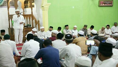 Foto: Al Ustad KH. Amiruddin MS, disrla memberikan Tautsyiahnya di Mesjid Al Muhtadin, Perumnas  Helvetia Medan