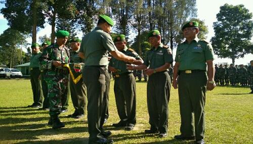 Foto : Dandim 0205/TK menyerahkan buku saku tentang peraturan Netralitas TNI Pada Pilkada 2018 Kepada Sembilan Danramil secara simbolis.
