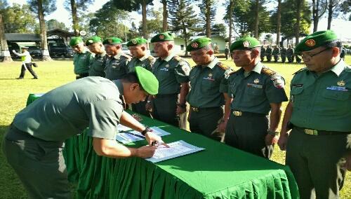 Foto : Dandim 0205/TK,Letkol Inf.Taufuk Rizal,SE menandatangi Fakta Integritas Netralitas TNI Pada Pilkada 2018