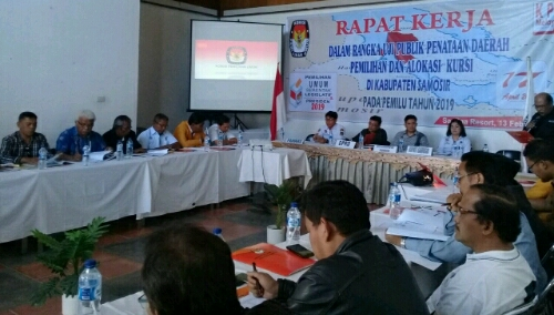 Foto : Para peserta serius ikuti uji publik dapil, yang digelar oleh KPU kabupaten Samosir di Hotel Saulina Resort Pangururan