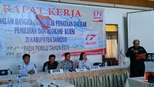 Foto : Sekretaris KPU Kab.Samosir, Drs.Pahala Sinaga, menyapaikan kata pembuulaan uji publik dapil di Hotel Saulina Resort Pangururan.
