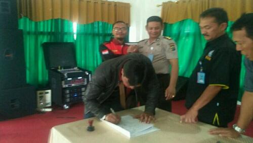 Foto : Para aktivis,Penggiat anti narkoba dan Ormas serta LSM yang hadir turut membubuhkan tanda tangan sebagai simbol ikut berkomitmen dalam mengantisipasi Bahaya Narkoba di kalangan masyarakat.
