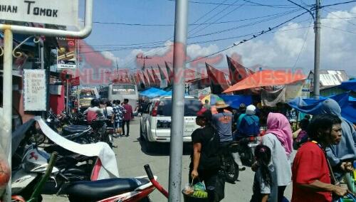 Foto: Situasi Arus lalu lintas yang masih lancar, di sekitar dermaga Tomok Simanindo Samosir
