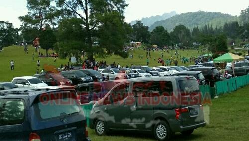 Foto : Para wisatawan Luar daerah memadati objek Wisata bukit Kubu Berastagi di Hari Besar Imlek.