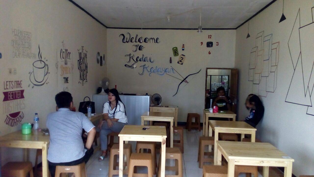 Foto : Suasana kedai Kopi Kedayan yang sejuk membuat para pengungjung betah sambil berkonsultasi tentang BPJS Kesehatan Pada pemilik Kedai.