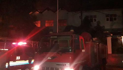 Petugas Damkar Sedang Berusaha Mematikan Api Di SMP Surya Kencana Cileungsi