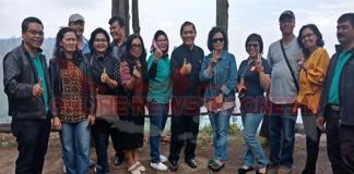 Terkelin Brahmana sekaligus Bupati Karo di sela sela ACARA REUNI IKA81 Bersama teman Alumni sekolah nya ber fose di lokasi acara Yang berlatar Danau Toba,Tongging Kab. Karo Jum'at (16/03).
