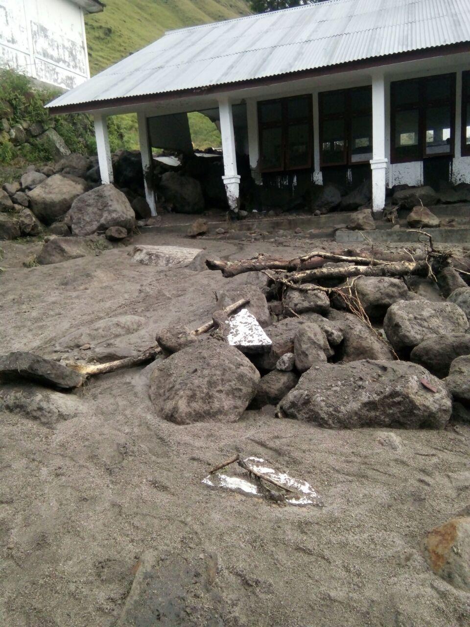 Foto: Gedung LAB SMP Negeri 2 satu atap Sianjur Mula-Mula yang terkena banjir bandang di Desa Bonan Dolok kecamatan Sianjur Mula-Mula, Kamis (8/3)
