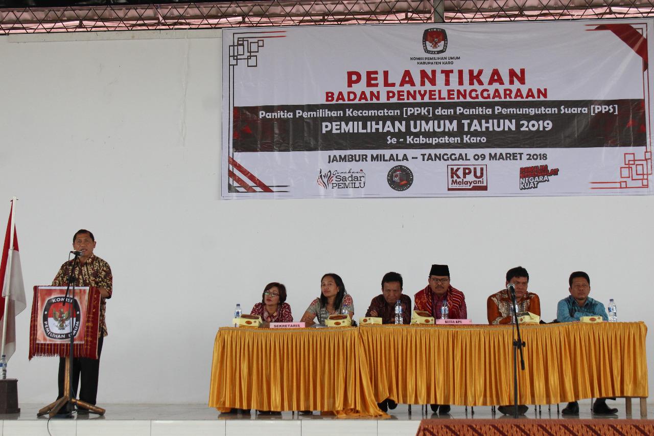 Foto : Bupati Karo,Terkelin Brahmana,SH memberikan kata sambutan dalam Pelantikan PPK dan PPS se Kabupaten Karo di Jambur Milala Kabanjahe