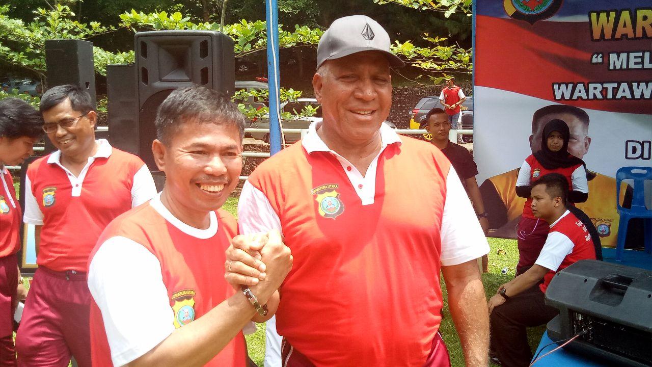 Foto : Kapoldasu, Irjen Paulus Waterpauw, salam komando bersama Lindung Pandiangab ,SE.SH.MH Ketua Jurnalis Online Indonesia (JOIN) Sumatera Utara, disela acara Family Gathering Wartawan Unit Poldasu. Jum'at (8/3)