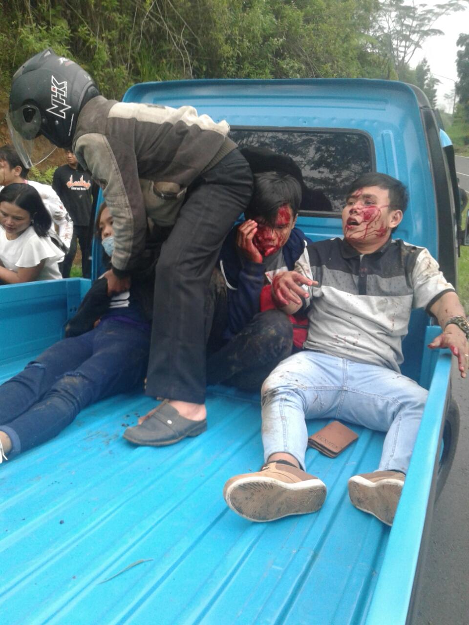 Foto : Para penumpang bus travel yang terluka di evakuasi menuju rumah sakit terdekat dengan Mobil Pick up.