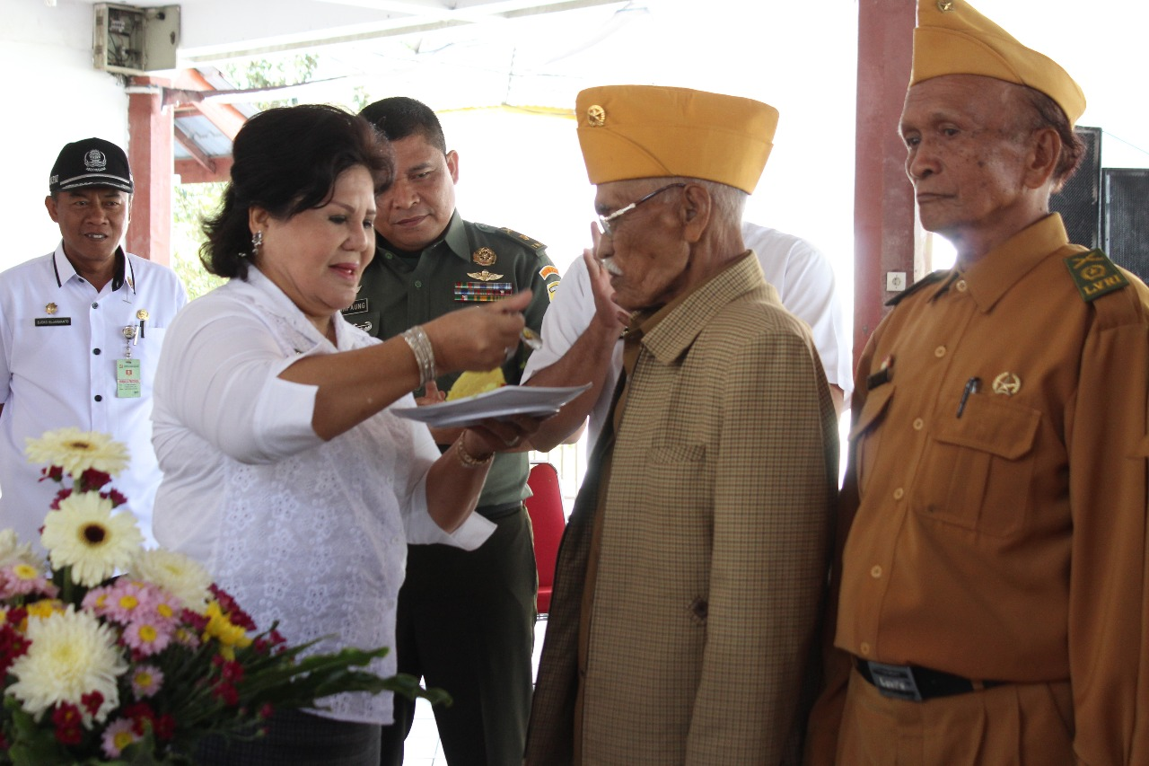 Foto : Wakil Bupati Karo,Cory Sriwati Sebayang Menyuapi Ketua LVRI dalam rangka memperingati Hari Ulang Tahun LVRI Ke 61.