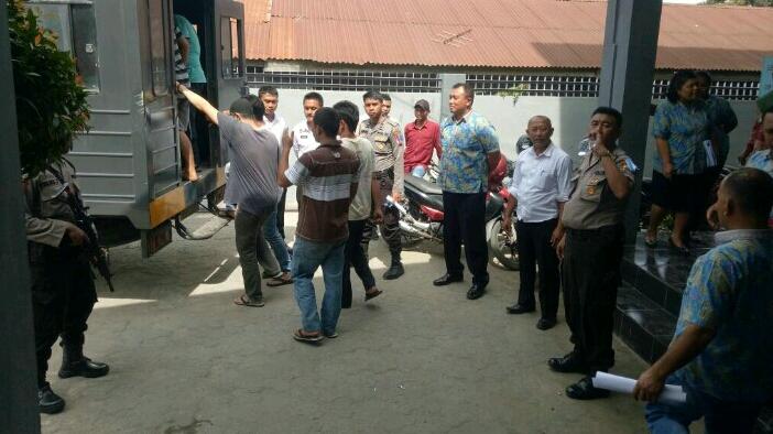 Foto : proses pemindahan para narapidana ke lapas pematang Siantar mendapat pengawalan dari pihak terkait.