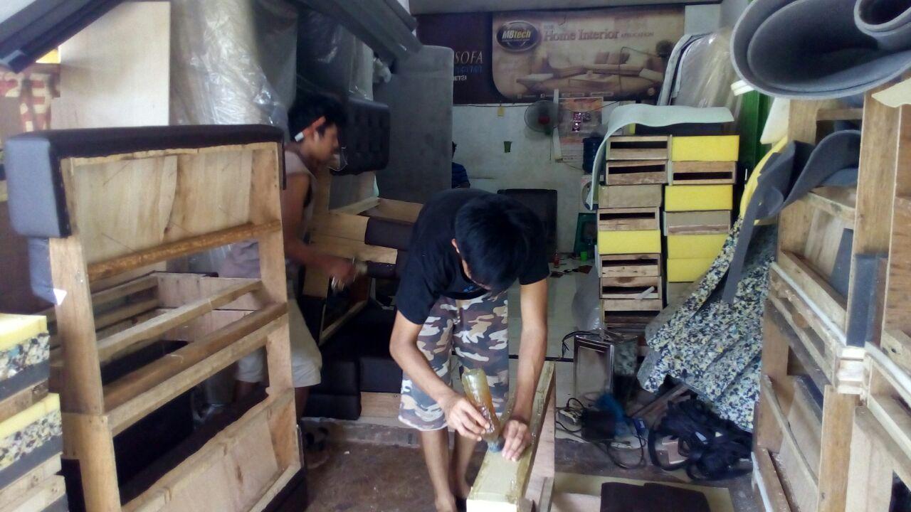 Workshop Asep Sofa, Order Datang Tiap Hari karena Harga Service Yang Murah.