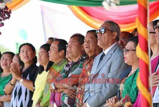 Foto : Bupati Samosir Drs.Rapidin Simbolon MM (berdiri batik coklat), bersama para undangan dipenutupan Jambore Nasional Pemuda GPI 2018