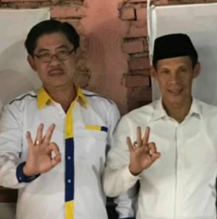 Foto : Sardi (sebelah kiri berkaca mata) pemilik rumah makan jago rasa berfoto dengan Jaro Ade,Calon Bupati Kabupaten Bogor.