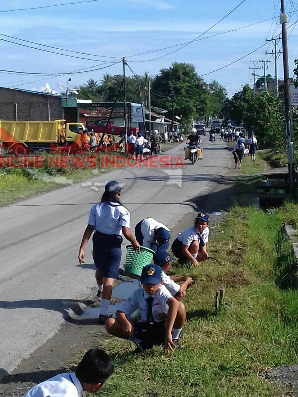 Foto : Siswa/i SMP melaksanakan gotong royong sepanjang jalan protokol Ring road Simanindo, menyambut kedatangan ibu Negara Iriana Jokowi,