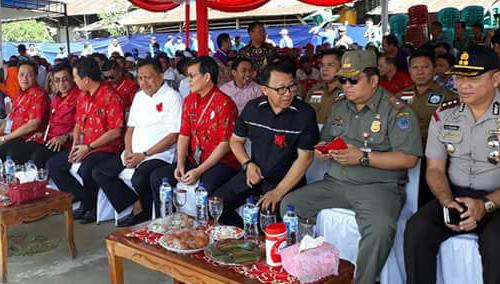 Gubernur Sulut Olly Dondokambey (baju putih) didampingi Ketua Panitia Steven Kandouw (sebelah kanan Gubernur) dan Ketua Komisi P/KB Penatua Vicky Lumentut (sebelah kiri Gubernur)