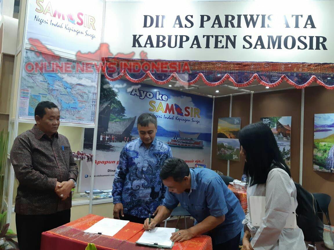 Foto : Kadis Pariwisata Samosir, Drs.Ombang Siboro MS.i, menandatangani kerjasama dengan Vice President Disrtibution Ciilink