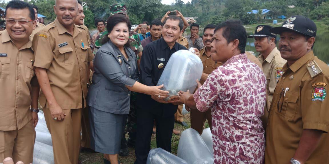 Ket foto :Bupati dan wakil Bupati Karo secara bersamaan memberikan benih ikan secara simbolis ke perwakilan di lokasi Desa Susuk senin(14/05).