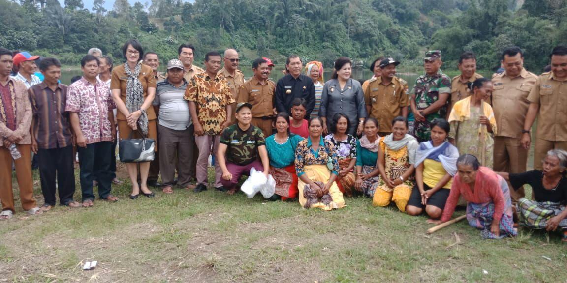 Ket foto  : Bupati dan wakil Bupati Karo bersama OPD dan Masyarakat berfose di sela sela acara pembagian dan penaburan bibit ikan senin(14/05).