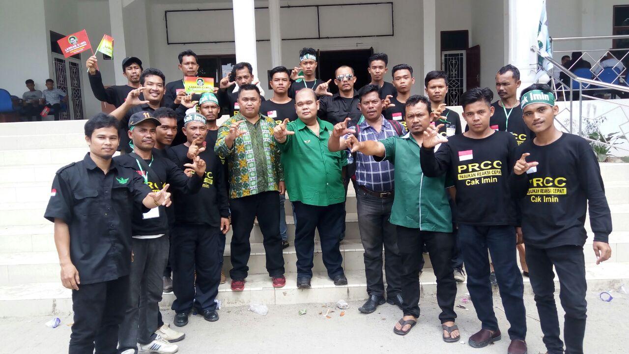 Ket foto  : Ketua DPC Kab Karo Hektor Pompido Surbakti (tengah baju hijau) bersama seluruh kader dan Pengurus Tingkat Kabupaten berfose di sela sela kegiatan, Sabtu, (12/05).