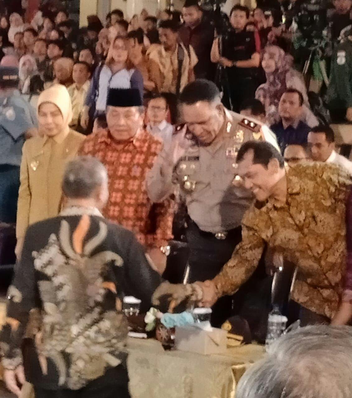 Ket foto  : Bupati Karo saat bersalaman dengan Ir. Agus Rahardjo Ketua KPK, Selasa (15/05) di ruang Auditorium USU MEDAN.